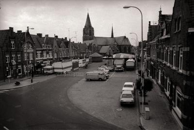 Luchtfoto van markt met kermis, Moorslede 1976