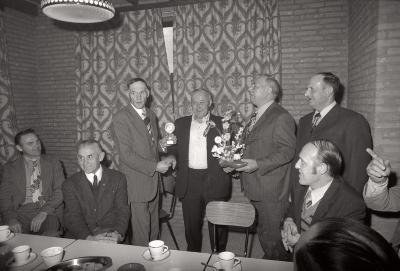 Kampioenviering 'De Frontvink' in café Depauw, Staden 1976