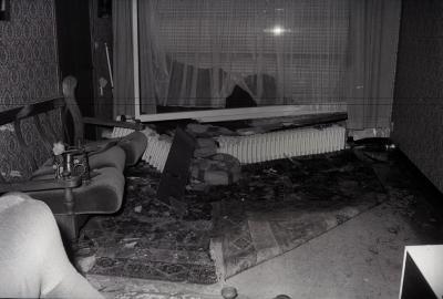 Auto rijdt tegen gevel van huis in Roeselarestraat, Moorslede januari 1976