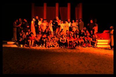 Groepsfoto acteurs toneelstuk Gudrun