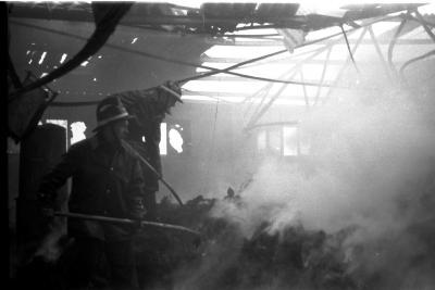 Brandweerman Jozef tijdens brand in fabriek, Izegem 1957