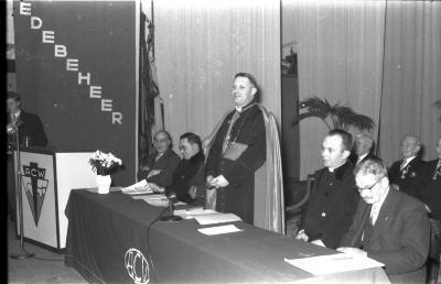 Bisschop Desmedt houdt redevoering voor ACV, Izegem 1957