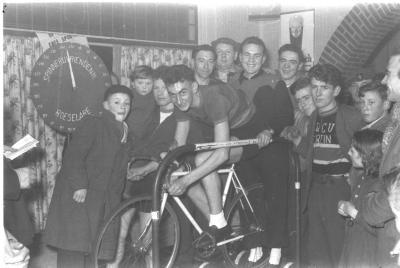 Baert poseert op een fiets op rollen, Izegem 1957