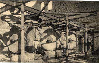 Binnenin de fabriek Olieslagerij Hostens