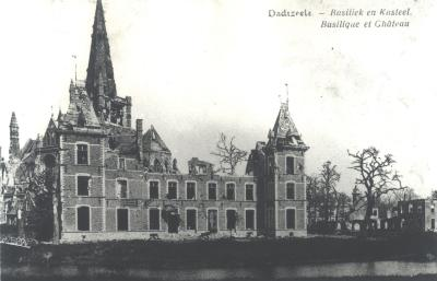 Beschadigd kasteel en kerktoren, Dadizele