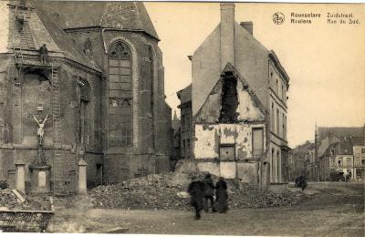 Dakwerkers doen herstellingswerken aan de kooromgang van de Sint-Michielskerk