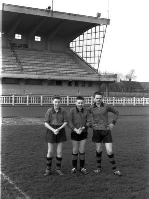 Drie voetballers, spelers bij de kadetten, Izegem 1957