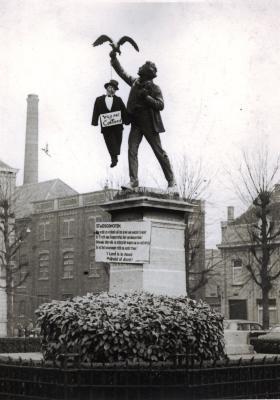 Standbeeld van Albrecht Rodenbach met protest tegen Collard, Roeselare, 1955