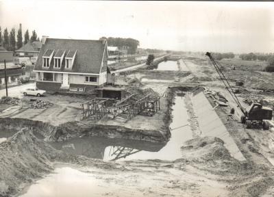 Foto van de werken voor de kanaalverbreding van kanaal Roeselare-Leie.