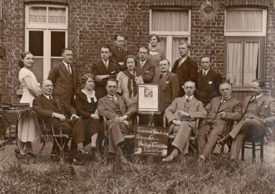 """Bestuur en leden van de toneelvereniging """"De Burgerlijke Oorlogsverminkten"""", 1930,"""