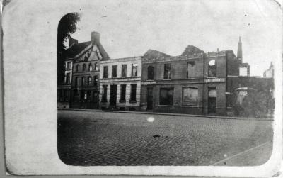 Huizen op Kerkplein Rumbeke in puin, 1918