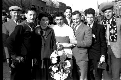 Wielrenner Toulouse krijgt bloemen, Izegem 1957