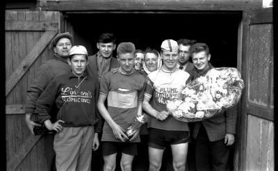 Wielerwedstrijd: Raymond Schore poseert met Mispelaere na gewonnen wedstrijd, Roeselare 1957
