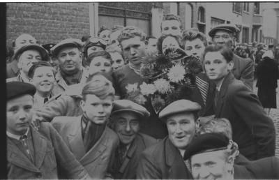 Wielerwedstrijd: Firmin Cocquyt krijgt bloemen, Ardooie 1957