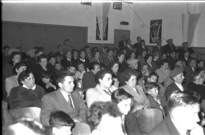 Herdenkingsviering van ACV-ACW: publiek in zaal; Kachtem 1957
