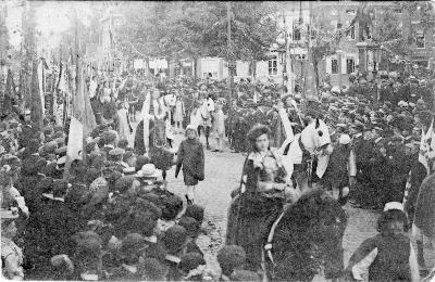 Rodenbachstoet, hofdames van Filippina van Vlaanderen, 1909