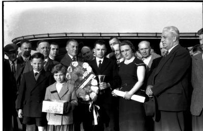 Kampioenschap vinkenzetting van beide Vlaanderen: Geldhof (?) kampioen van Izegem,  Izegem 1957