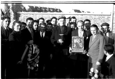 Kampioenschap vinkenzetting van beide Vlaanderen: kampioen van Vlaanderen poseert met zijn vader, Izegem 1957