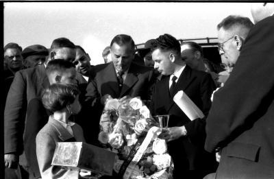 Kampioenschap vinkenzetting van beide Vlaanderen: Luitenant Verstraete met kampioen (Geldhof ?) van Izegem; Izegem 1957