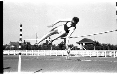 Atletiekwedstrijd: Huyghe tijdens het hoogspringen, Izegem 1957