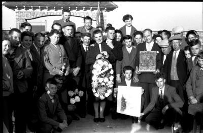 Kampioenschap vinkenzetting van beide Vlaanderen: Lowie Adiel in de bloemen, Izegem 1957