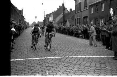 Wielerwedstrijd: Deboodt wint spurt, Emelgem 1957