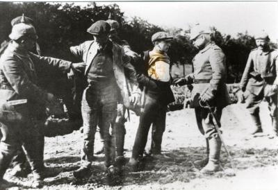 Duitse infanteriesoldaten fouilleren burgers