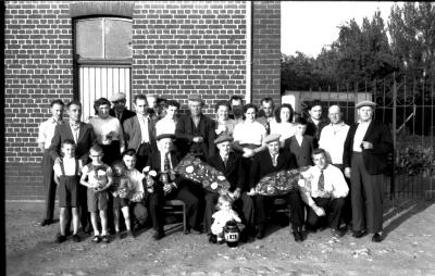 Groepsfoto vinkeniers, Beselare 1957