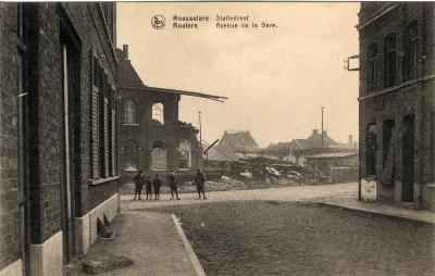 Kinderen op straat op de hoek van de Sint-Amandsstraat en het Stationsplein