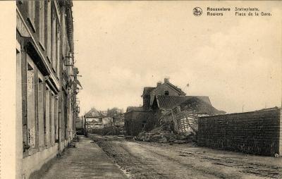 Bijgebouwen van het station in puin