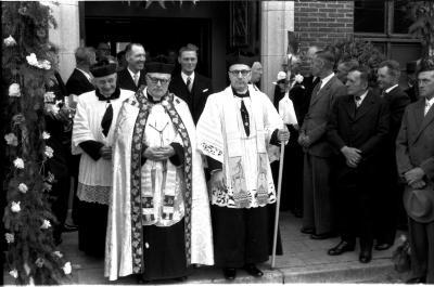 Inhuldiging Pastoor met mijnheer Sobry, Izegem 1957