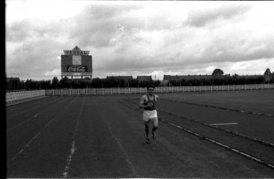 Atleet Allewaert loopt op piste, Izegem 1957