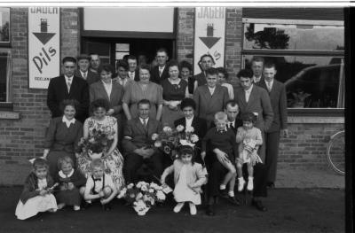 Groepsfoto ter gelegenheid van kampioenviering 'De Sasmanillers', Rumbeke 15 augustus 1957