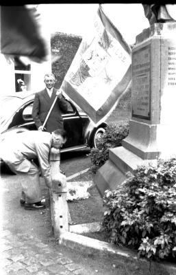 Kampioenviering vinkenzetters: kampioen legt bloemen aan monument, Emelgem 18-08-1957