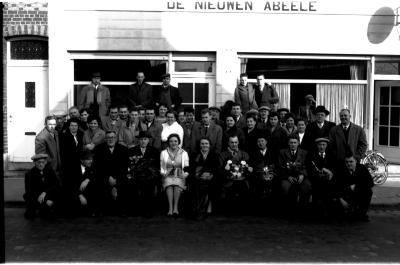 """Kampioenhuldiging vinkenclub in café """"De nieuwen Abeele"""", Izegem, 1959"""