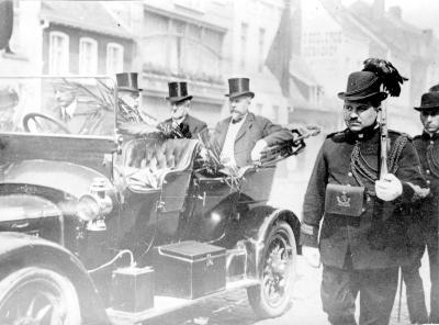 De Burgerwacht begeleidt een wagen met notabelen, voor WO I