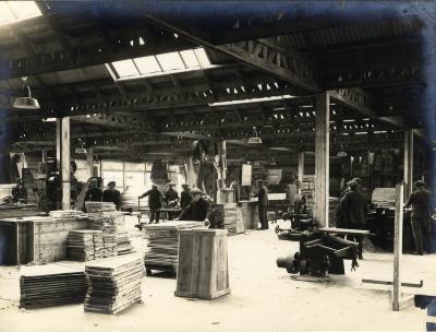 Arbeiders aan het werk in de kistenafdeling van de fabriek Sabbe & Steenbrugge (SAST)