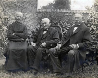 Honderdjarige Petrus Debrabander met pastoor Slosse en waarnemend burgemeester Vandenberghe, 1916