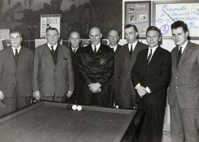 Burgemeester Jozef Vancoillie bij biljartclub Volharding, 1964