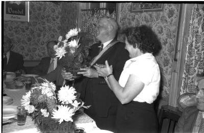 Viering 50 jaar 'spoorders': Deprez krijgt bloemen en geschenken, Izegem 1957