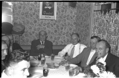 Viering 50 jaar 'spoorders': P Berghe aan tafel, Izegem 1957