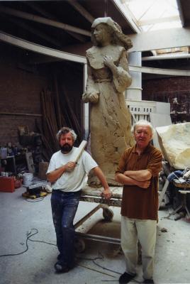 Isidoor Goddeeris en Geert Vanallemeersch bij standbeeld, 1999