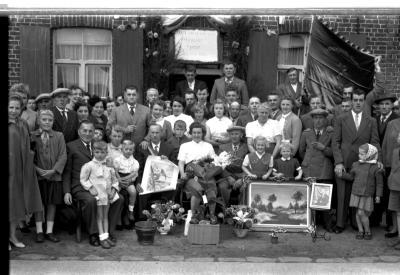 Kampioenviering vinkenzetting Sint-Jansvrienden: groepsfoto met kampioen, Izegem 1957