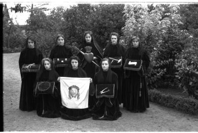 Acht meisjes van school Avé Maria poseren vóór de processie, Izegem 1957