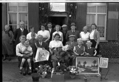 Kampioenviering vinkenzetting Sint-Jansvinken: familiefoto met kampioen Vanhaecke, Izegem 1957