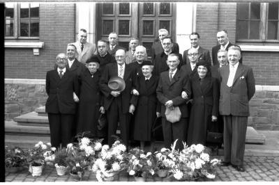 Drie koppels jubilarissen poseren op stoep gemeentehuis, Emelgem 1957