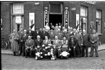 Kampioenviering café 'Het Nieuw Stadium': groepsfoto, Izegem 1957
