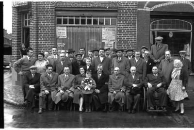 Café 'Terneuze': groepsfoto kaartclub, Izegem 1957