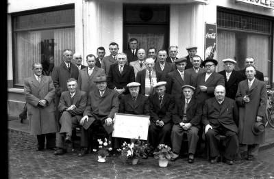 Café 'Sportief': groepsfoto met kampioen duivenmelkers, Izegem 1957