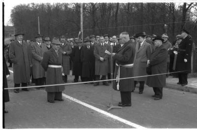 Inhuldiging Centrumbrug: speech door burgemeester, Ingelmunster 1957